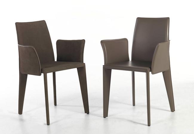 Sedie Soggiorno Design: Ampio luminoso soggiorno con camino in mattoni divano tavolo.